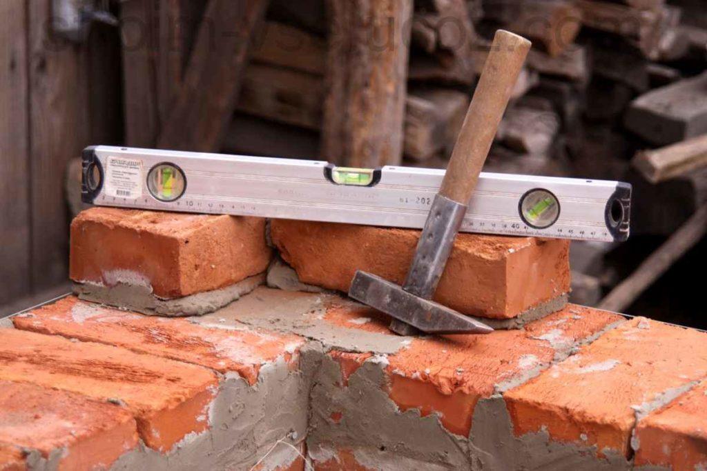 Молоток как подручное средство для сверления стен