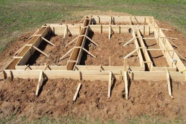 Как правильно собрать опалубку для ленточного фундамента из дерева: поэтапный монтаж