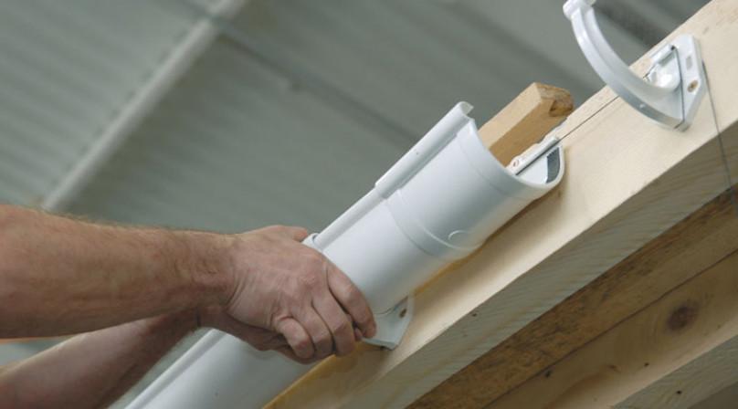 Как сделать водосток с крыши своими руками из пластиковых труб