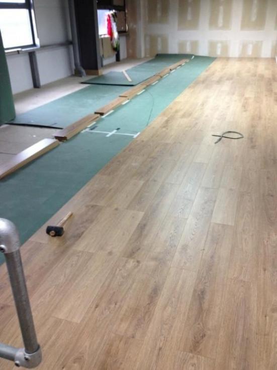 Шаг тринадцатый — установка переходных полос на полу, облицованных ламинатом