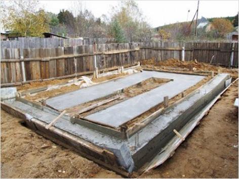 Распалубка фундамента и уход за бетоном