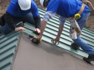 Как поднять профнастил на крышу
