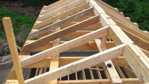 Наслонные и висячие крыши деревянных домов