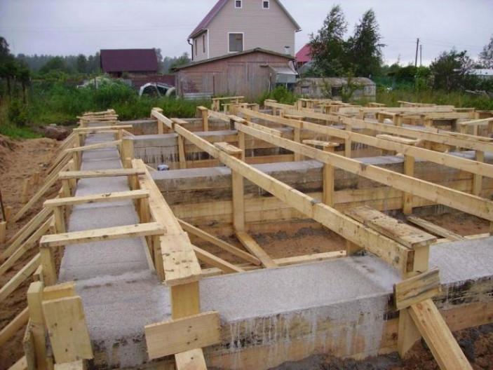 Фундамент своими руками под каркасный дом: пошаговая инструкция.