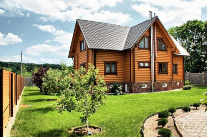 Двухэтажные дома с красивыми двускатными крышами
