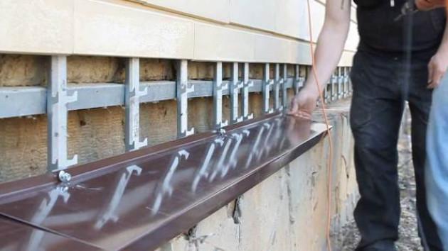 Монтаж металлических отливов на цоколь своими руками
