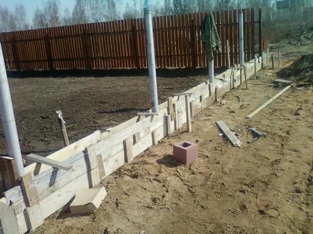 Фундамент под забор: особенности конструкции
