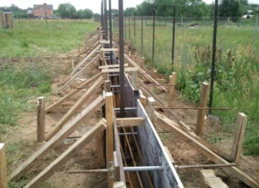 Как залить фундамент под забор своими руками?
