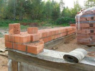 Укладка кирпича при строительстве стен дома