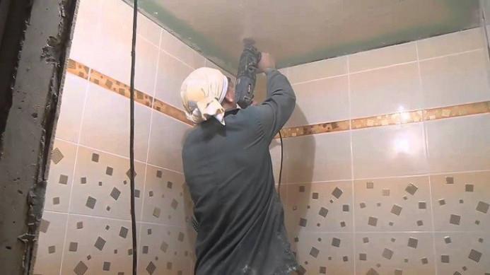 Чем подшить потолок ванной