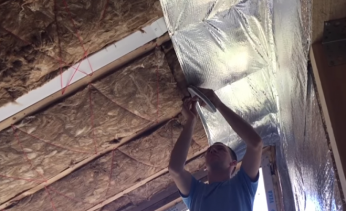 Как правильно утеплить потолок в каркасном доме своими руками