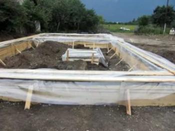 Чем накрывать фундамент после заливки зимой?