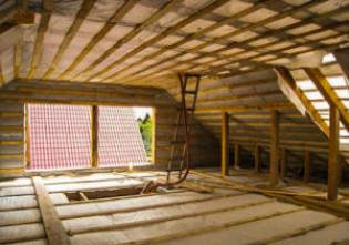 Почему появляются проблемы с утеплением мансарды изнутри, если крыша уже покрыта